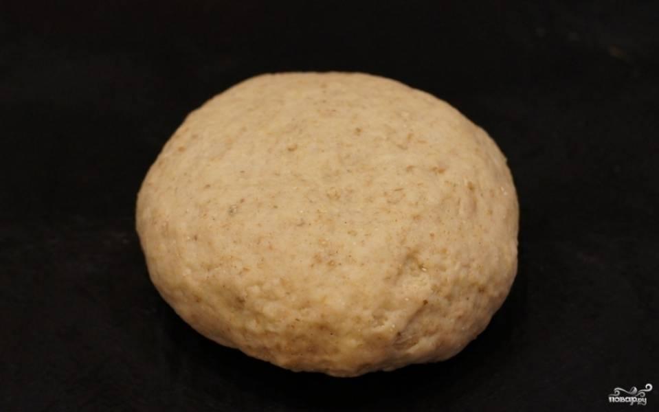 2. В самом конце добавляем муку, замешиваем тесто. По консистенции оно должно быть эластичным.