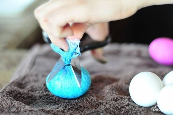 4. Используя перчатки, периодически доставать яйцо и смотреть на степень его окрашенности. Когда цвет нравится, яйцо можно достать, аккуратно освободить от кружева и просушить. Можно использовать бумажное полотенце или подставку-решетку.