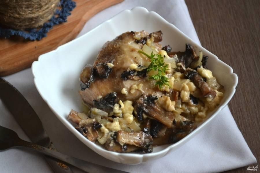 Готовое блюдо выложите на красивую тарелку и украсьте зеленью. Подавайте с овощными пюре или макаронами. Будет очень вкусно.