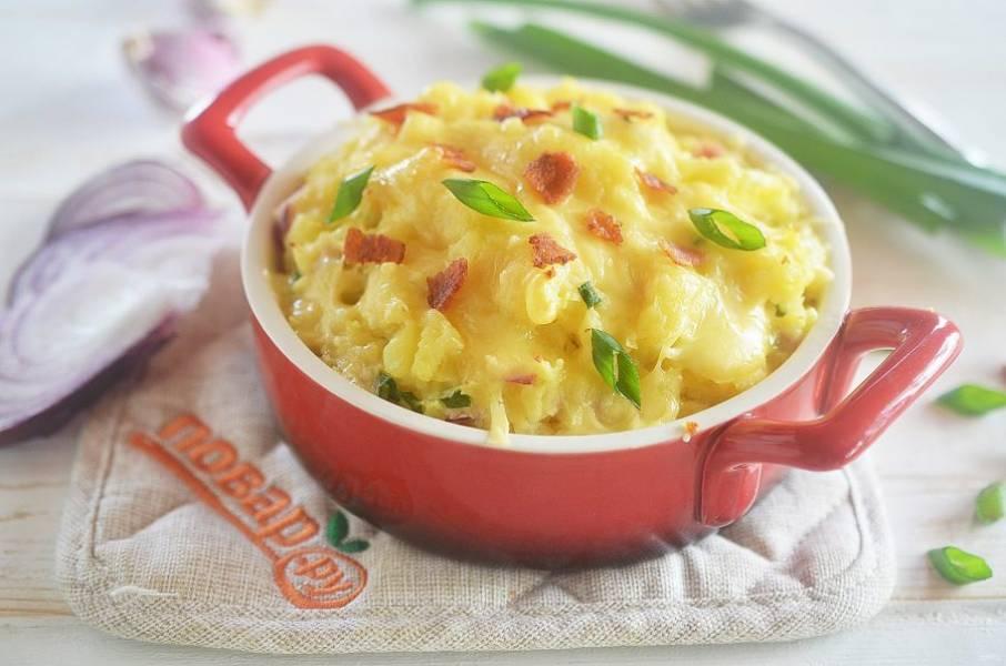 10. Запекайте в разогретой духовке при 180 градусах около 20 минут. Украсьте зеленым луком и оставшимся беконом. Приятного аппетита!