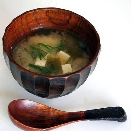 Выключите огонь, добавьте пасту мисо в бульон и хорошо перемешайте. Перед подачей на стол украсьте блюдо нарезанным зелёным луком. Приятного аппетита!