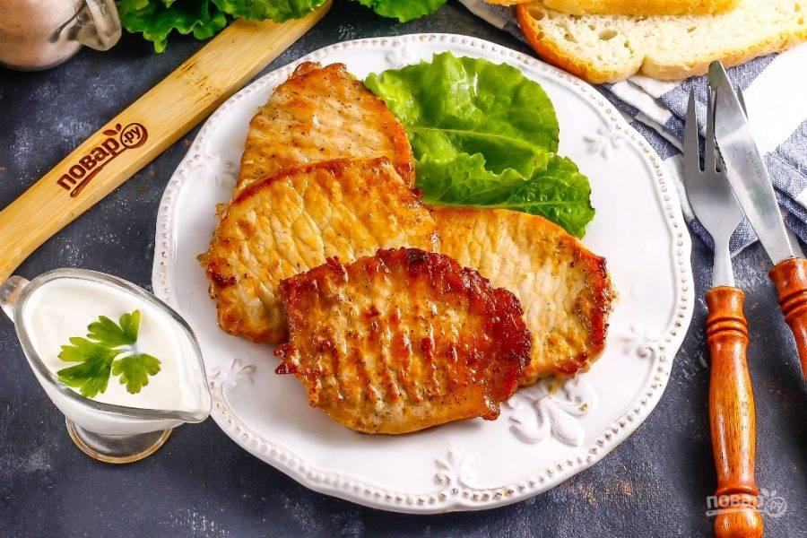 Готовые ромштексы выложите на тарелку или блюдо, подайте со свежей зеленью, соленьями, соусами. Приятного аппетита!