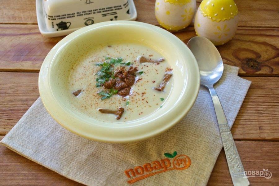 Запеките греночки в духовке при 200 градусах около 4-5 минут. В миску влейте готовый суп-пюре. Несколько ложек грибов выложите в каждую порционную миску. Добавьте немного зелени.