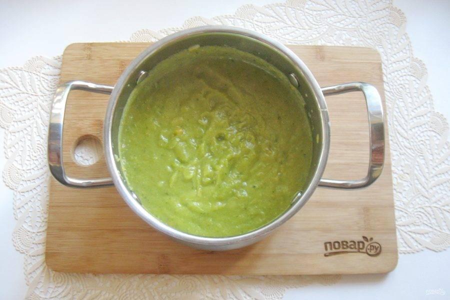 Добавьте измельченный чеснок и взбейте суп блендером до консистенции пюре.