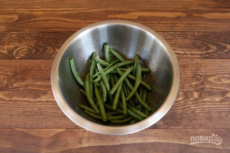 В фасоль без хвостиков добавьте соль, перец и немного масла. Перемешайте.