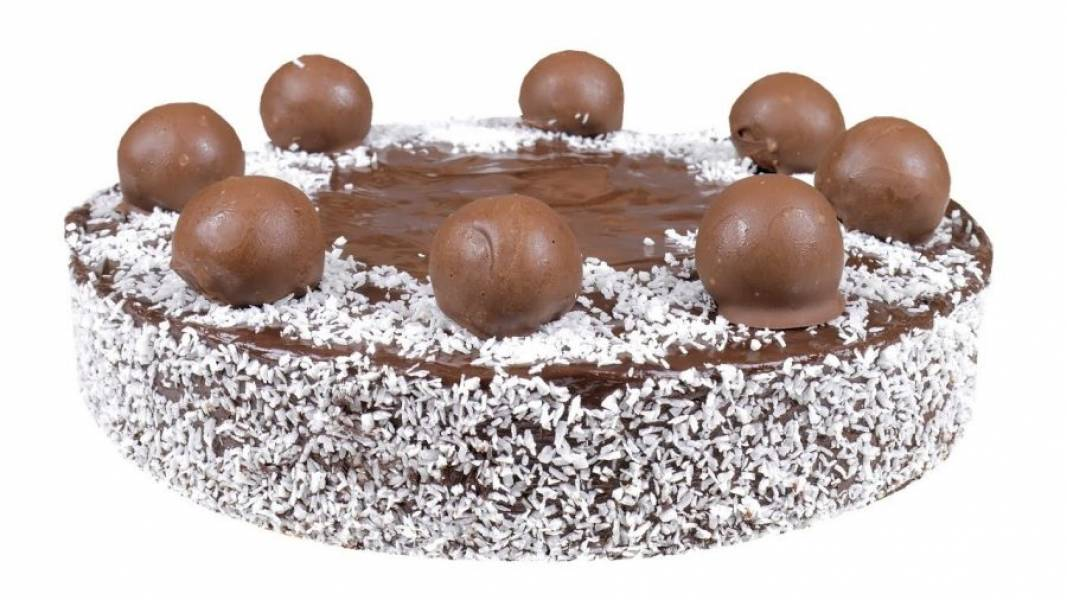 8. Бока торта смажьте помадкой и обсыпьте кокосовой стружкой. Украсьте торт кокосовыми конфетами. Поставьте торт в холодильник до застывания помадки. Приятного аппетита!