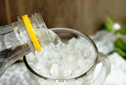 Сразу добавляем тоник Schweppes или Спрайт, перемешиваем, украшаем бокал с напитком кусочком лайма и мятой — и отправляемся дегустировать.