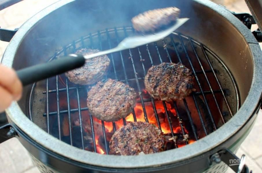 7.Разогрейте гриль и выложите котлеты, обжаривайте их с двух сторон до готовности.