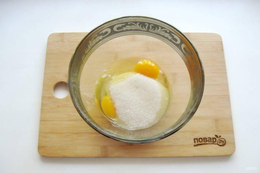 Всыпьте сахар и взбейте яйца с сахаром.
