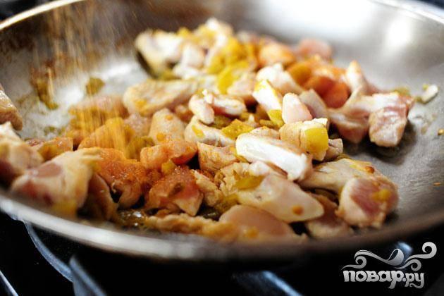 1. Нарезать куриные грудки на кусочки. Перец чили нарезать кубиками. Сыр мелко натереть. Тонко нарезать салат. Нарезать помидоры. Приправить куриное мясо солью, тмином и чили. Нагреть 2 столовые ложки масла в большой сковороде на среднем огне. Добавить курицу и жарить пару минут. Добавить зеленый перец чили. Перемешать и жарить, пока мясо не будет готово. Снять с огня и отложить в сторону.