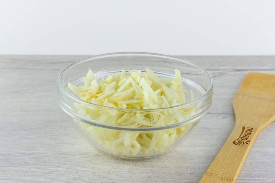 Яблоки очистите от сердцевины и кожуры, натрите на крупной терке.