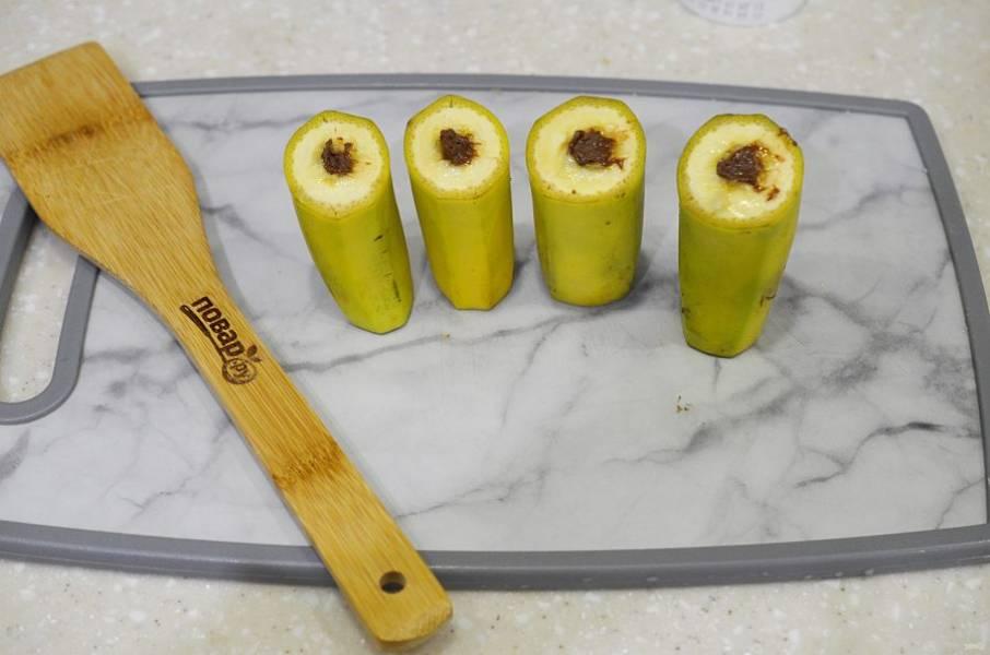 3. С помощью кондитерского мешка или шприца начините бананы шоколадной пастой.