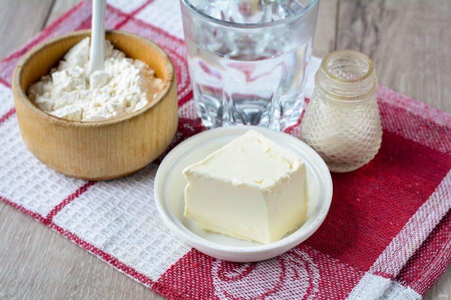 Подготовьте ингредиенты для приготовления теста для татарских пирожков с картошкой.