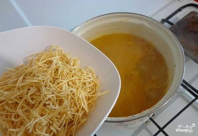 7. После того, как овощи будут мягкими, но еще не совсем сварившимися, положите в бульон яичную лапшу. Достаточно 3-5 минут, чтоб она сварилась. Выключайте, но перед этим отправьте в суп свои любимые специи и дайте время настояться. Суп можно подавать к столу вместе с зеленью. Приятного аппетита.
