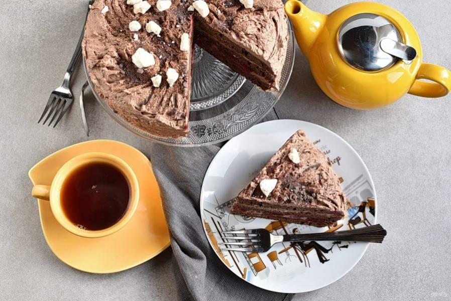 Торт подавайте к столу охлажденным.