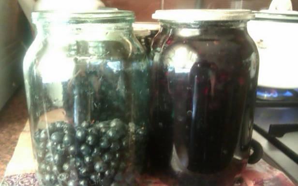 В стерилизованные банки засыпаем промытую и обсушенную чернику. Я использую литровые банки, наполняя их на треть ягодами.