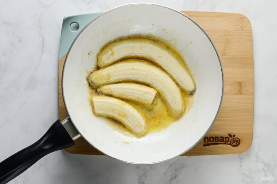 Когда масло растопится, выложите бананы в сковороду. Обжарьте с каждой стороны по 2-3 минуты до золотистого цвета.