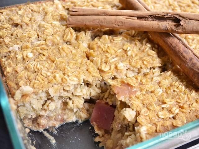 9.Готовый пирог достаньте из духовки и оставьте до полного остывания, только тогда нарежьте его кусочками и подавайте.