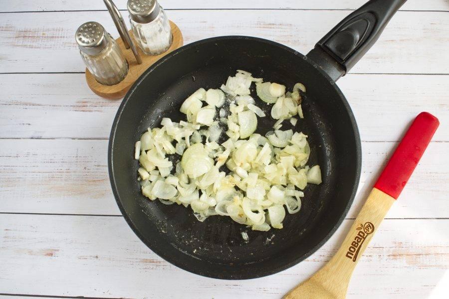2.     Картофель нарежьте на кубики средней величины. Залейте картофель водой так, чтобы она только прикрывала его, посолите и поперчите. Варите картофель до готовности. Тем временем лук мелко покрошите, а грибы нарежьте ломтиками. В большой сковороде обжарьте лук на растительном масле до прозрачности.