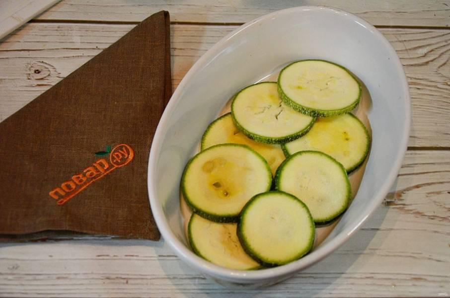 3. Форму смажьте маслом и выложите слой кабачков.