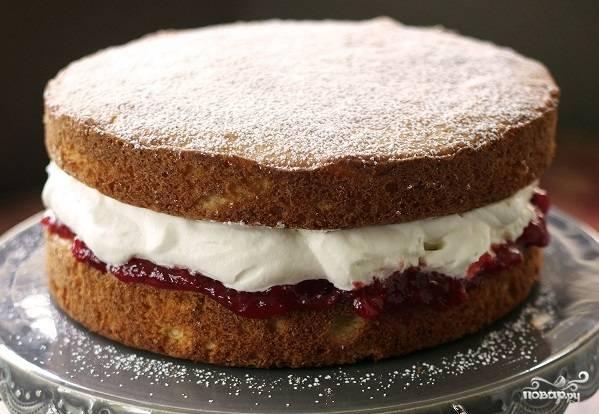 8. Выложите сливки и сверху аккуратно положите второй корж. Дальше можно выложить ягоды, присыпать сахарной пудрой или полить глазурью, например.