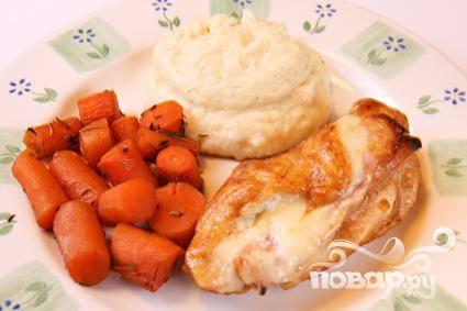 4. Удалить зубочистки и выложить куриные грудки на блюдо. Держать курицу в тепле. Смешать кукурузный крахмал с жирными сливками в миске. Вылить в сковороду и готовить, постоянно взбивая, пока соус не загустеет. Приготовленным соусом полить куриные грудки и сразу же подавать горячими. В качестве гарнира хорошо использовать картофельное пюре.