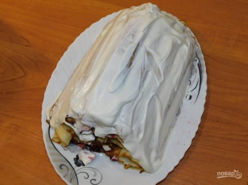 Снаружи торт смажьте сметанным кремом.