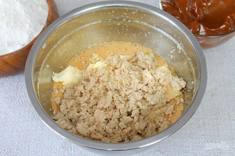 Измельченный арахис высыпаем в миску и все перемешиваем.