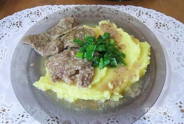 Подавайте говядину с гарниром. Можете полить блюдо бульоном из под мяса. Приятного аппетита!