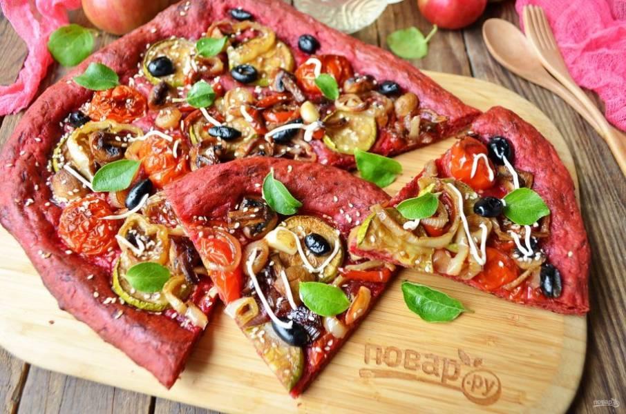 8. За 5 минут до готовности можно посыпать пиццу семечками или кунжутом. Угощайтесь!