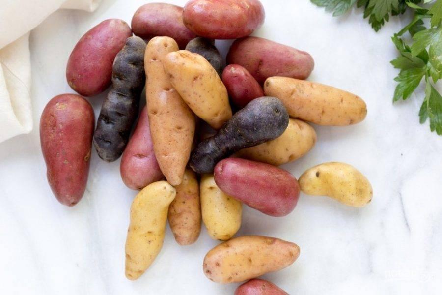 Маленький молодой картофель хорошо промойте, разрежьте его на половинки.