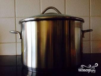 1.Куриное филе тщательно промываем. На огонь ставим кастрюлю воды, кладем в нее филе, варим его до полной готовности (примерно полчаса). Отставляем кастрюлю с огня, достаем филе, остужаем его.