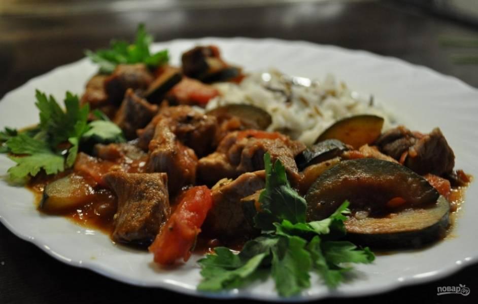5.Готовое блюдо подаю с отварным рисом и  зеленью. Приятного аппетита!