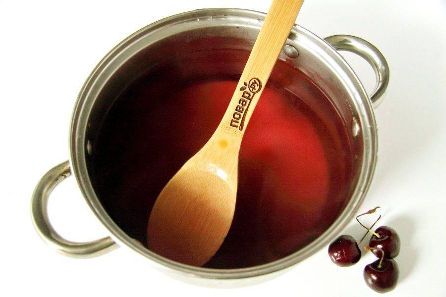 Слейте воду без ягод в кастрюлю, добавьте сахар и помешивая доведите до кипения.