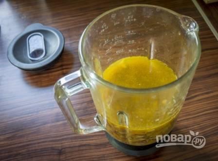 А теперь с помощью блендера перебиваем суп в пюре. Можно использовать и погружной блендер.