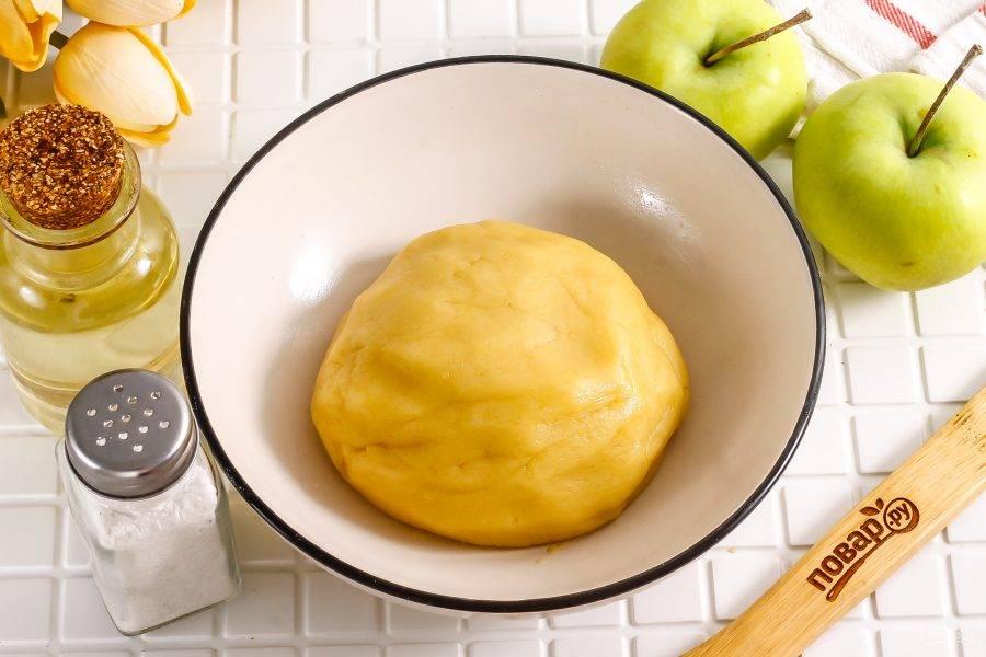 Сформируйте плотное песочное тесто и поместите его в холодильник на 20 минут, накрыв пищевой пленкой.