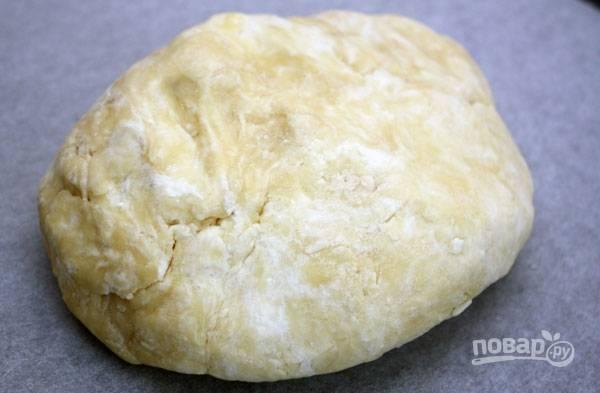 Добавьте творог. Замешайте тесто. Уберите его в холодильник на 30-40 минут в пищевой плёнке.