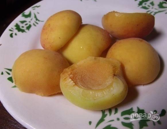 5.Вымойте и разделите абрикосы на 2 части, удалите косточку.