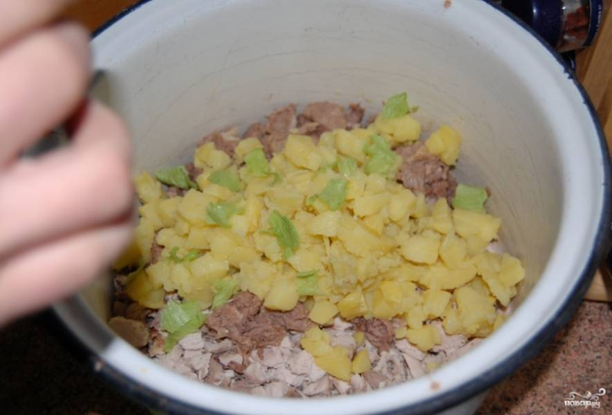 Добавьте туда порезанный кубиками картофель.