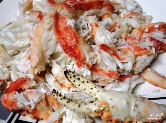 Клешни королевского краба необходимо отделить от туловища. Отварите их в чуть подсоленной воде до готовности. Очистите мясо краба от хитина (панциря).