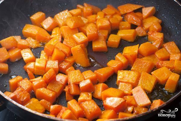 Кладем кусочки тыквы на сковороду и обжариваем 7-8 минут на среднем огне. Тыква должна стать более мягкой.