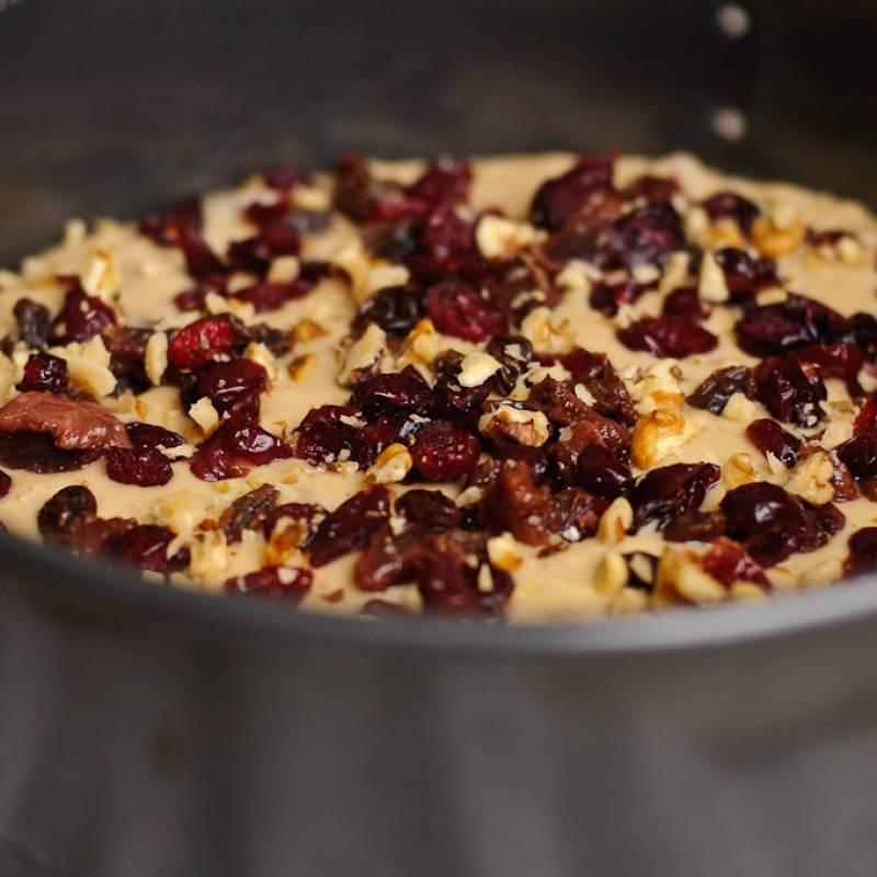 Уложите бумагу для выпечки на дно формы для того, чтобы избежать пригорание. Залейте тесто в форму, посыпьте оставшимися орехами, сухофруктами  и выпекайте в течении 45 минут. Затем дайте торту остыть минут 15.