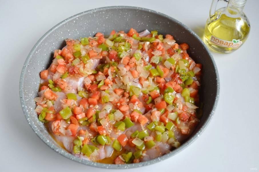 5. Сверху распределите равномерно овощи и сок, который образовался в сковородке. Запекайте 30-35 минут (до готовности рыбы).