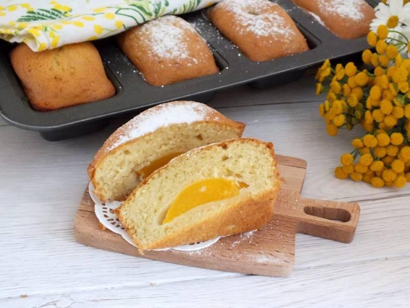 Охлажденные кексы присыпьте сахарной пудрой и подавайте на стол. Приятного аппетита!