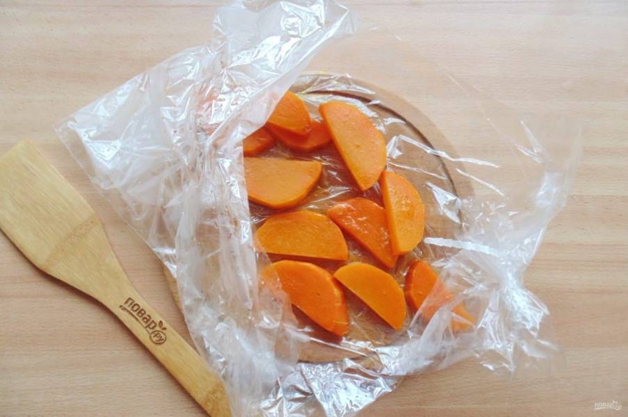 Запекайте тыкву в рукаве, в духовке при температуре 180 градусов  15-20 минут в зависимости от сорта и толщины кусочков тыквы.