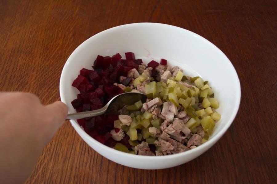 Отварной язык нарезать на мелкие кубики.  Для данного салата можно использовать как свиной, так и говяжий язык. Оба вида языков подходят. Разница - в цене продукта.