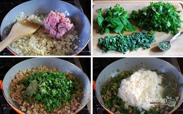 1. Для начала займемся начинкой. На сковороде разогрейте растительное масло, обжарьте до легкого золотистого цвета измельченный лук. Добавьте мясо, жарьте минут 7-10, помешивая. Выложите зелень, соль, перец и отваренный рис.