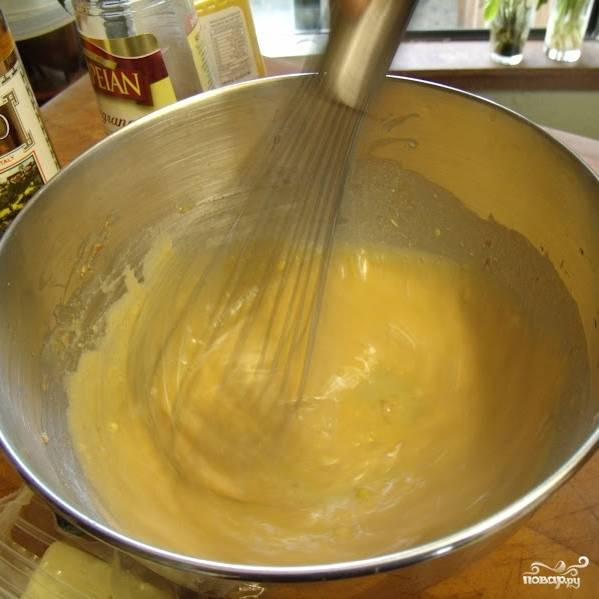 Оливковое масло лучше вводить не все сразу, а порциями. Добавили часть, взбили до однородности, если нужную густоту соус не обрел - добавляем еще масло.