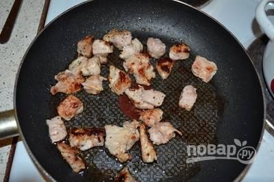 Кусочек мяса без костей вымойте и обсушите при помощи бумажного полотенца или салфетки. Затем нарежьте мясо на небольшие кусочки и положите его в разогретое в сковороде растительное масло. Обжарьте его до золотистой корочки. Переложите в кастрюлю, залейте водой и доведите до кипения.