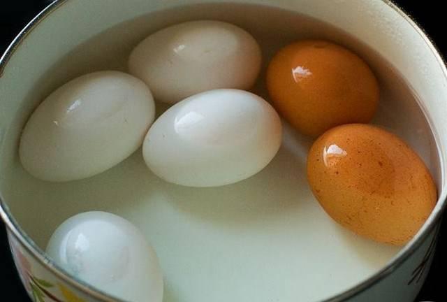 1. Заранее отварим яйца вкрутую. Оставим остывать.
